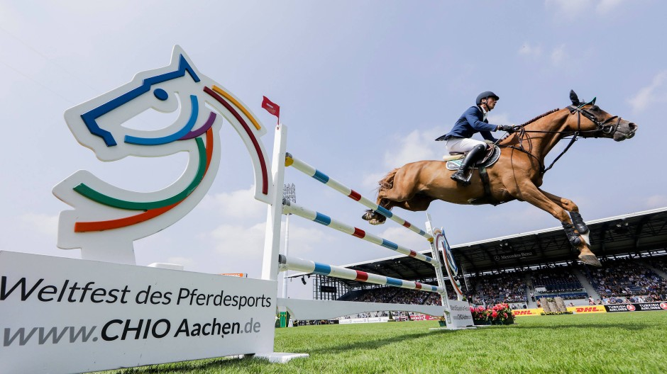 Daniel Deußer springt auf dem Pferd Scuderia beim CHIO in Aachen über ein Hindernis.