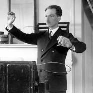 Wie ein Dirigent nur mit präzisen Handgesten Musik erzeugen: Der Erfinder Leon Theremin führt in New York vor, wie das von ihm entwickelte Instrument Termenvox funktioniert.