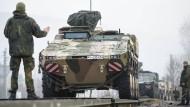 Transportpanzer des Typs Boxer auf dem Weg nach Litauen: Als Reaktion auf die Annexion der Krim sind rund 500 deutsche Soldaten an der Ostflanke der Nato stationiert.