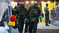 SEK-Beamte verlassen am 12. Juni das Hochhaus im Kölner Stadtteil Chorweiler. Neue Erkenntnisse deuten auf einen geplanten Terroranschlag hin.