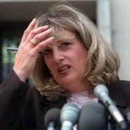 Linda Tripp spricht im Juli 1998 zu Reportern.