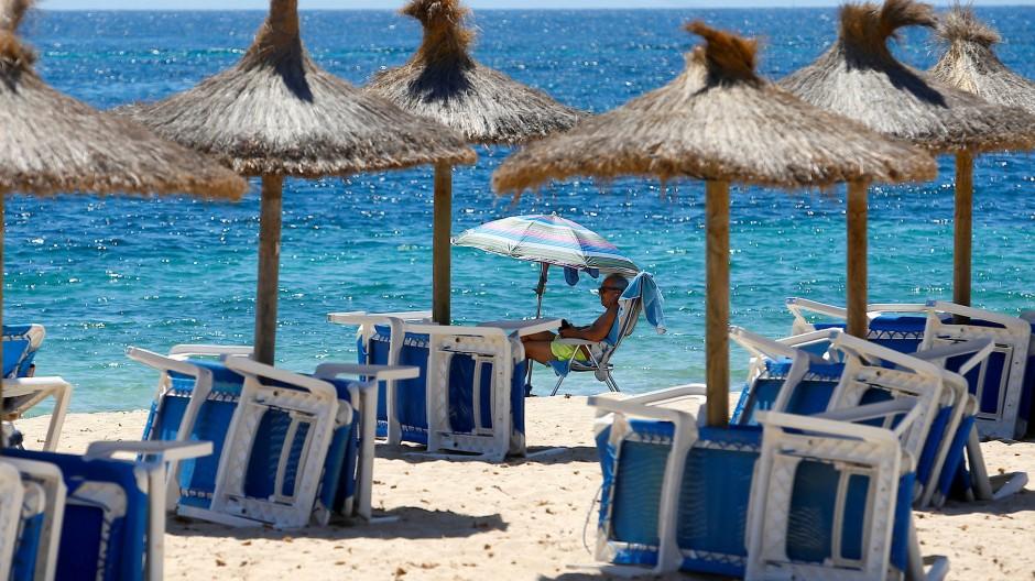 Tourist am Strand auf der spanischen Insel Mallorca.