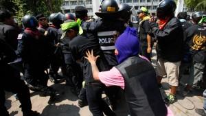 Polizei räumt Protestlager in Bangkok