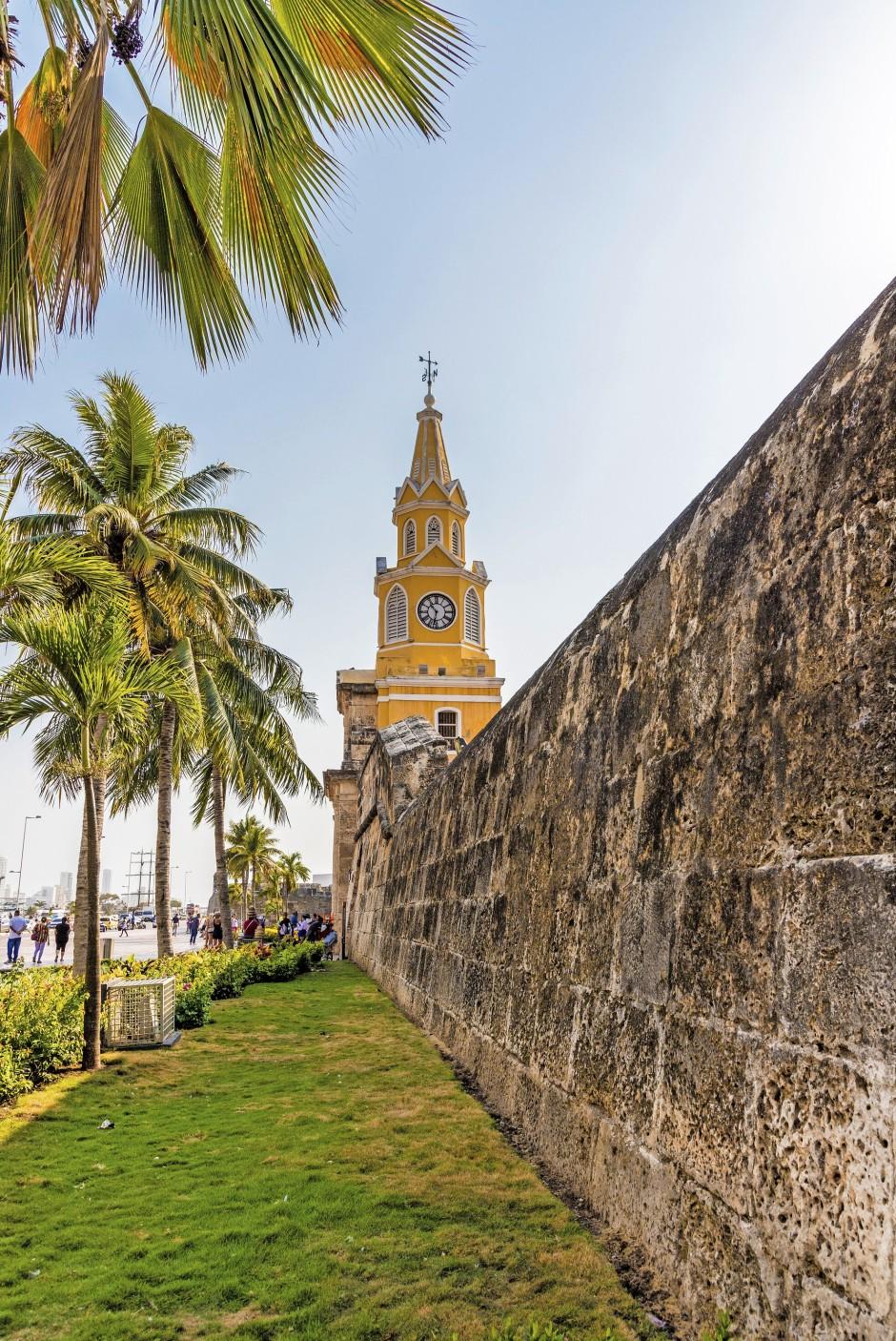 Zeitlos schön: Der Uhrturm bewacht einen der Eingänge in die fast vollständig ummauerte Altstadt.