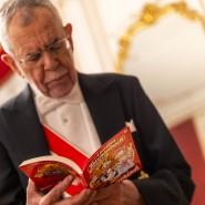 Eine kluge Verfassung regelt nicht alles. Welches Verhalten vom Bundespräsidenten auf dem Wiener Opernball erwartet wird, schlug Alexander Van der Bellen deshalb vorsichtshalber in einem anderen schlauen Buch nach.