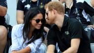 """Großbritanniens Prinz Harry tuschelt mit Freundin Meghan Markle bei den """"Invictus Games"""" in Toronto."""