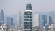 Zweierlei Maß: Während die Käufer von Wohnungen wie jenen im neuen Henninger-Turm in Frankfurt-Sachsenhausen Grunderwerbsteuer zahlen müssen, können große Unternehmen viele Immobilienkäufe über sogenannte Share Deals so gestalten, dass sie an einer Zahlung vorbeikommen.