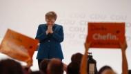 Danke Chefin: Angela Merkel ist gerührt.