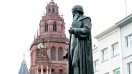 Spekulativ: Die Statue auf dem Gutenbergplatz in Mainz. Wie der Erfinder ausgesehen hat, ist nicht überliefert.