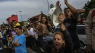In Caracas demonstrieren eines Armenviertels gegen die Lebensmittel-Knappheit.