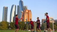 Gigantisch: In Abu Dhabi geht es hoch hinaus – die Eintracht und ihre Torleute bewahren auf dem Platz des Emirate Palace Bodenhaftung.