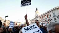 Madrid ohne Franco: Spanier demonstrieren an der Puerta del Sol gegen die Bestattung der Überreste Francos in der Almudena-Kathedrale von Madrid.