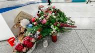 Blumen liegen nach einem tödlichen Messerangriff auf dem S-Bahnsteig Jungfernstieg.