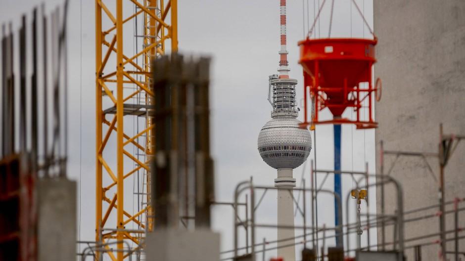 In Berlin wird fleißig gebaut: Die kommunalen Gesellschaften in Berlin haben 2019 4608 Wohnungen fertiggestellt und damit ein Viertel mehr als im Jahr zuvor.