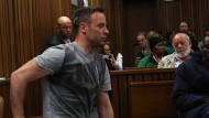 Sichtbar hilflos: Oscar Pistorius schlüpft aus seinen Prothesen.