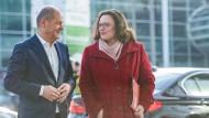 """Kämpfen für ein """"Ja"""" zur Groko: Andrea Nahles, SPD-Bundestagsfraktionsvorsitzende, und Olaf Scholz, kommissarischer SPD-Parteivorsitzender, auf dem Weg in die Hamburger Messehallen zur ersten von sieben SPD-Regionalkonferenzen."""