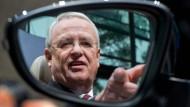 Martin Winterkorn, damals Vorstandsvorsitzender der Volkswagen AG, 2013 im Seitenspiegel eines Konzernprodukts.
