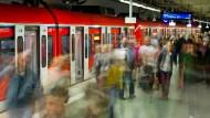 Wichtiger Knotenpunkt: Am Frankfurter Hauptbahnhof steigen viele Pendler um, die RMV-Züge sind auch ohne unentgeltlichen Nahverkehr schon gut ausgelastet.