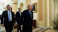 Mitch McConnell, Mehrheitsführer im Senat, übt sich in vorsichtiger Distanz zu seinem Präsidenten.