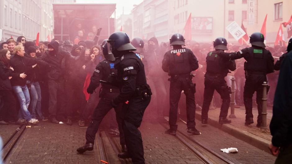 Bei den heftigsten Ausschreitungen, die Frankfurt seit Jahren erlebte, waren am Samstag etwa 15 Polizisten verletzt worden