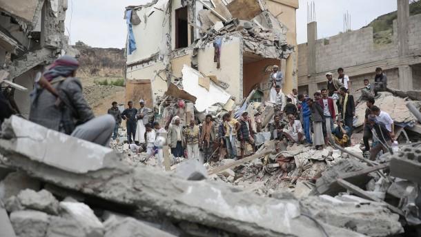 Saudi-arabische Kampfflugzeuge bombardieren Sanaa