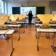 Eine Lehrerin steht Mitte März in Hanau in einem verlassenen Klassenraum.