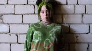 """Die US-amerikanische Sängerin Billie Eilish bei einem Interview am Rande des Kunst- und Musik-Festivals """"MS Dockville"""" in Hamburg."""