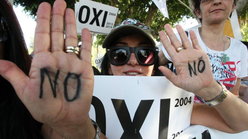Vor dem Parlament kämpften Demonstranten dafür, das Hilfspaket abzulehnen.