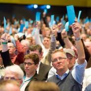 Hände hoch für den Vorschlag des Bundesvorstandes: Bundespateitag der AfD in Stuttgart.
