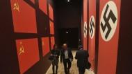 Blick in die Ausstellung: Die Sowjetunion und das nationalsozialistische Deutschland schlossen im August 1939 den Hitler-Stalin-Pakt – und teilten sich Polen als Beute auf.