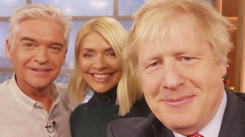 Auch er weiß um die Möglichkeiten von Twitter: der britische Premierminister Boris Johnson twitterte am Donnerstag ein Selfie mit Fernsehmoderatoren