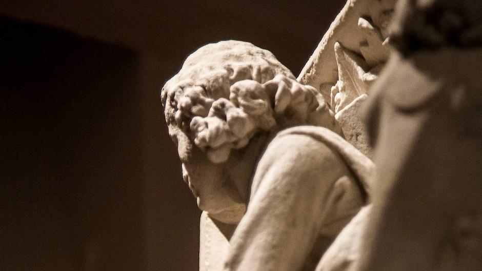 Schwergewichte: Die Skulpturen im Gewölbekeller des Doms zeigen die Mantelteilung des heiligen Sankt Martin.