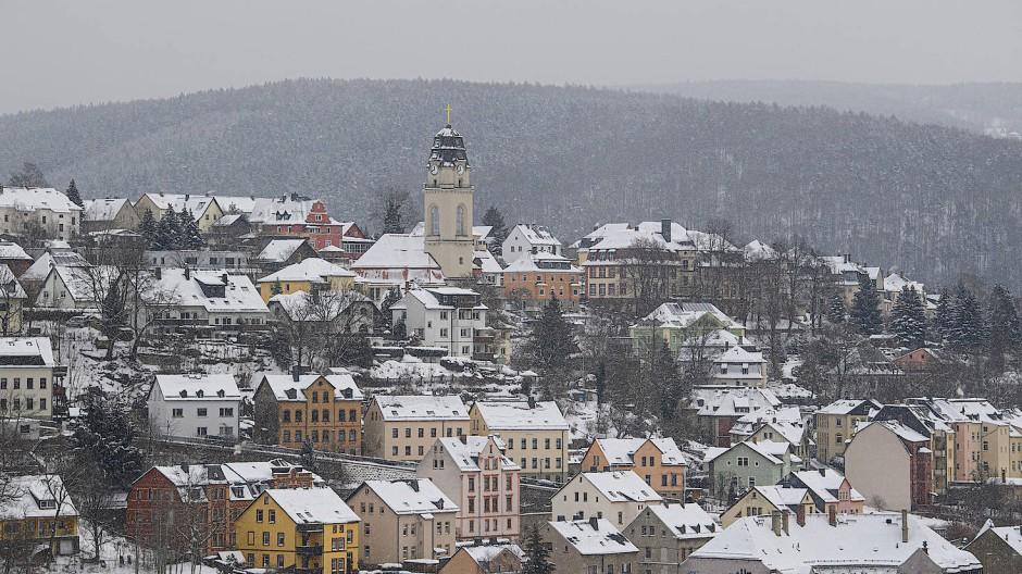 Aue in Sachsen liegt am Samstag verschneit da.