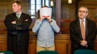Der Angeklagte Hamdi H. verdeckt am Montag in Landgericht in Berlin sein Gesicht