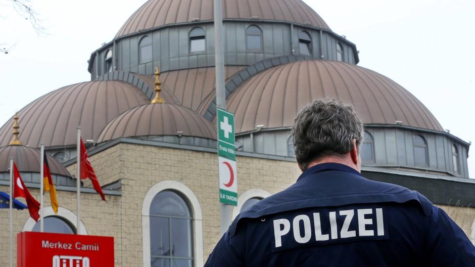 Nach der Bluttat von Hanau sichert die Polizei zahlreiche Moscheen, hier die DITIB-Merkez-Moschee in Duisburg.