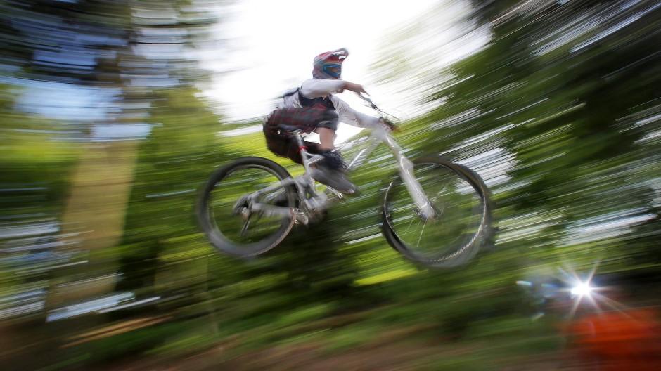 Beliebte Freizeitbeschäftigung: Ein Mountainbiker bei einem Sprung am Feldberg, auf dem es mit dem Flowtrail einen offiziellen Weg gibt.