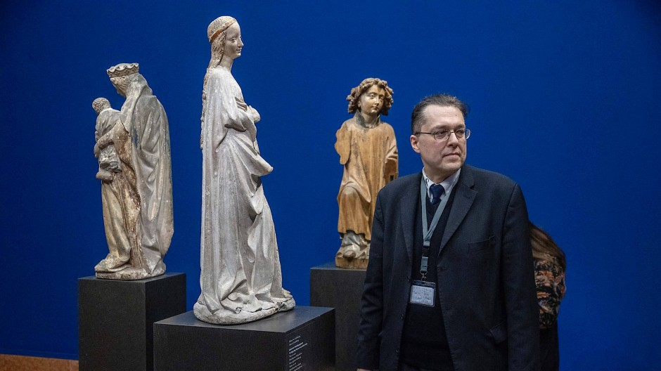 """""""Sie ist perfekt, vollkommen"""": Alexander Ulfig neben """"seiner"""" Maria-Skulptur"""