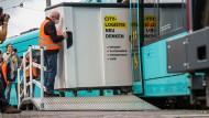 Die VGF präsentiert auf der Radlogistik-Konferenz ein Lastenfahrrad aus einer Straßenbahn.