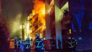 Die 83 Bewohner wurden zum Teil mit Leitern und Sprungkissen aus dem brennenden Haus gerettet.