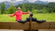 Merkel und Obama vor Bergkulisse.