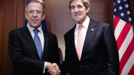 """Ein diplomatischer Handschlag, aber keine """"greifbaren Ergebnisse"""": Die Außenminister Lawrow und Kerry an diesem Freitag in London"""