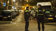 Polizisten bei der Festnahme in Rotterdam