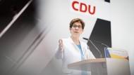 Annegret Kramp-Karrenbauer bei einer Pressekonferenz im Mai