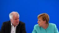 Seehofer und Merkel während einer Klausur im Juni