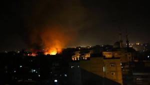 Israel fliegt Dutzende Angriffe