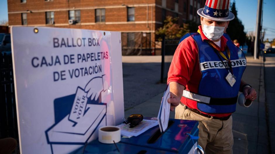 Vor dem Gebäude der Wahlbehörde des Landkreises Cuyahoga in der Stadt Cleveland im Bundesstaat Ohio nimmt ein Mann Briefwahlunterlagen entgegen.
