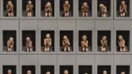 Andrej Kuskins kauernde Skulpturen aus Gefängnisbrotkrumen