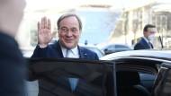 Der CDU-Vorsitzende und mutmaßliche Kanzlerkandidat verlässt am 13. April eine Sitzung in Berlin.
