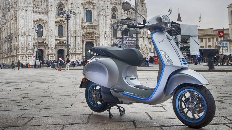 """Ein Statement: E-Roller wie die elektrische Vespa """"Elettrica"""" wollen den Markt erobern."""