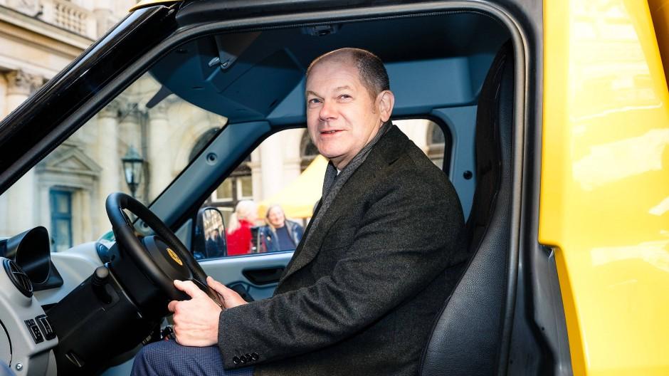 Finanzminister und Vizekanzler Olaf Scholz will die Elektromobilität stärker fördern. Als Hamburger Oberbürgermeister hatte er schon viel Freude an den Elektro-Zustellfahrzeugen der Post.